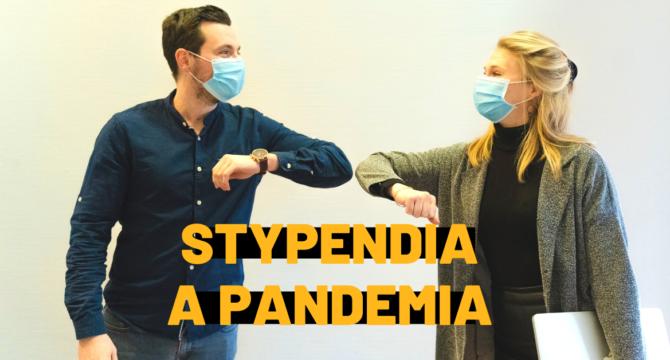 """Dwoje ludzi w maseczkach na twarzach stykają się łokciami. Tekstu na obrazku mówi """"stypendia a pandemia""""."""
