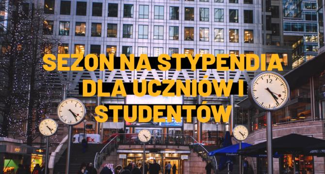 Sezon na stypendia dla uczniow i studentow - haslo na tle zdjecia z ulicznymi zegarami